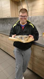 Nick trots op de gebakken taart!